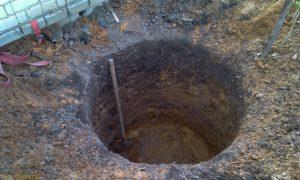 копка шурфа под артезианскую скважину